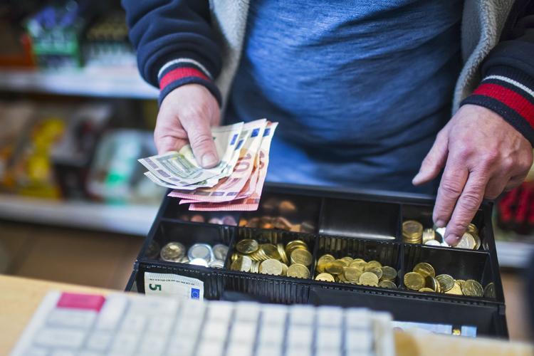 Die Deutschen kaufen am liebsten mit Bargeld ein