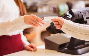 Beim Einkaufen mit einer Kreditkarte bezahlen