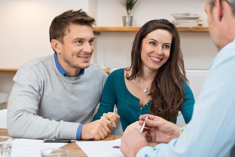 Paare gehen oft gemeinsam zum Beratungsgespräch in die Bank