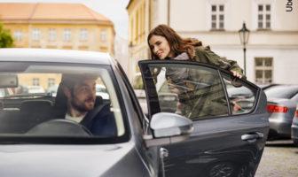 Kundin steigt in einem Uber-Auto ein