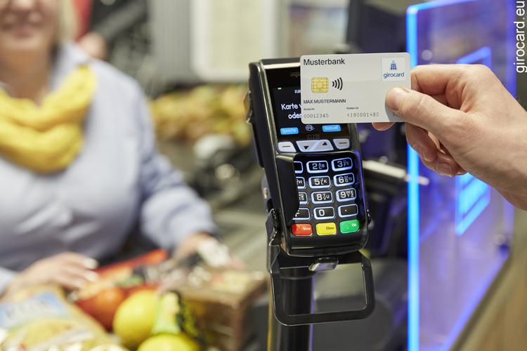 Geldabheben an der Supermarktkasse