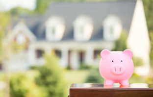 Für einen Hauskauf benötigt man meist einen Immobilienkredit