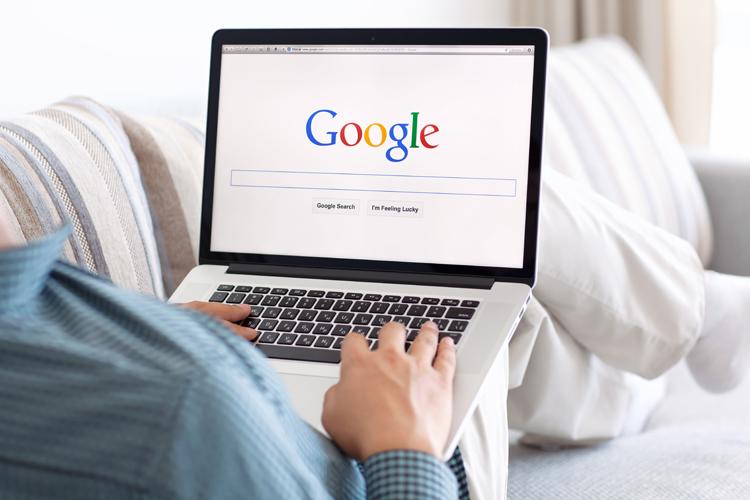 Suche nach Geldanlagemöglichkeiten im Internet