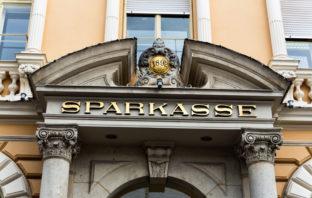 Altehrwürdiges Gebäude der Filiale einer Sparkasse