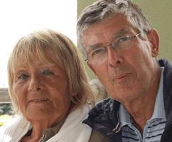 Skeptische dreinschauende Rentner als Bankkunden bei deutschen Banken