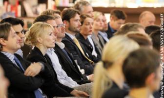 Aufmerksame Zuhörer bei Vorträgen über neue Herausforderungen für Banken und Sparkassen