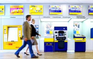 Moderne SB Zone einer Bankfiliale der Postbank