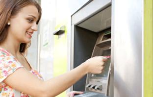 Bargeldbezug am Geldautomaten ist für Bankkunden Alltag