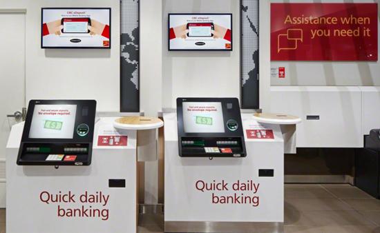 Bankautomaten vor der Bankfiliale am Flughafen
