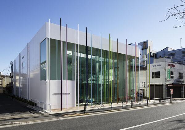 Straßenansicht der neuen Filiale der Sugamo Shinkin Bank
