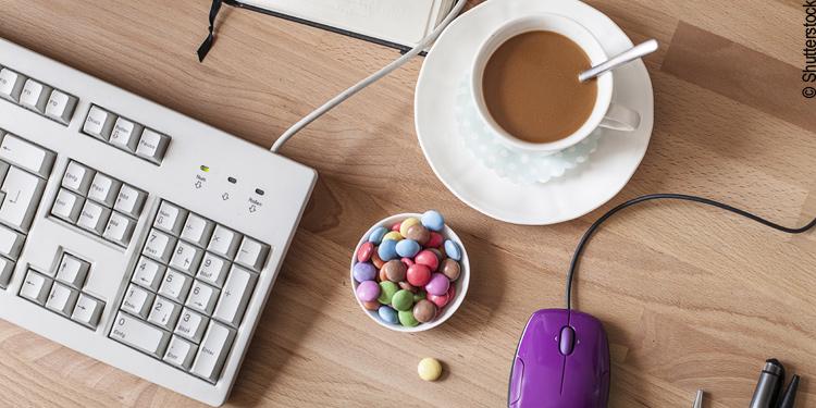 Kaffee und Süßigkeiten gehören zum Büroalltag