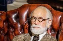 Dr. Sigmund Freud auf seiner Couch