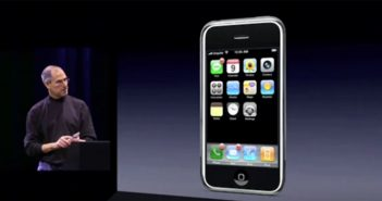 Steve Jobs präsentiert das erste iPhone