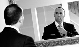Ein Bankmanager vor dem Spiegel