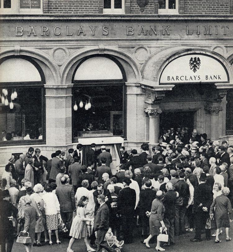 Einweihung des ersten Geldautomaten in Enfield Town