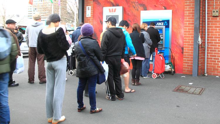 Warteschlange am Geldautomat