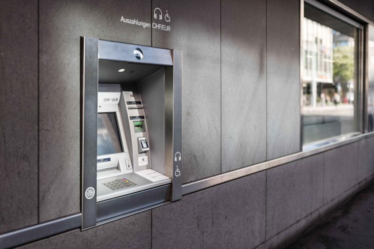 Geldautomat an der Fassade einer Bank
