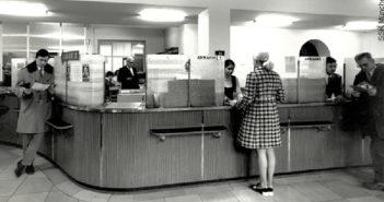 Kunden am Bankschalter