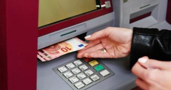 Geldautomat gibt Bargeld aus