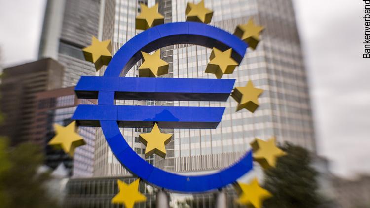 Das Gebäude der Europäischen Zentralbank mit dem Eurosymbol
