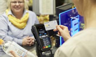 Kontaktlos bezahlen im Supermarkt