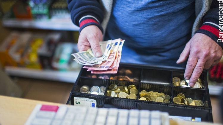 Bargeldbezug im Supermarkt