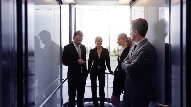 Banker im Fahrstuhl im Gespräch