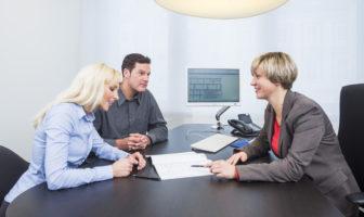 Finanzberatung von Kunden in einer Bankfiliale