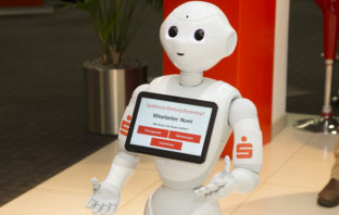 Bankroboter NUMI in der Kundenhalle der Sparkasse Marburg-Biedenkopf