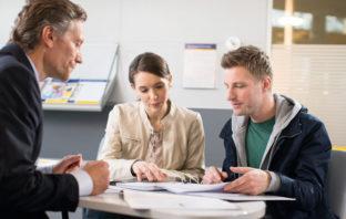 Kundengespräch zur Finanzberatung in der Bankfiliale