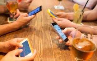 Immer mehr Menschen nutzen das Smartphone zur Kommunikation
