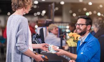 Cash-Back-Service an der Ladenkasse im Supermarkt