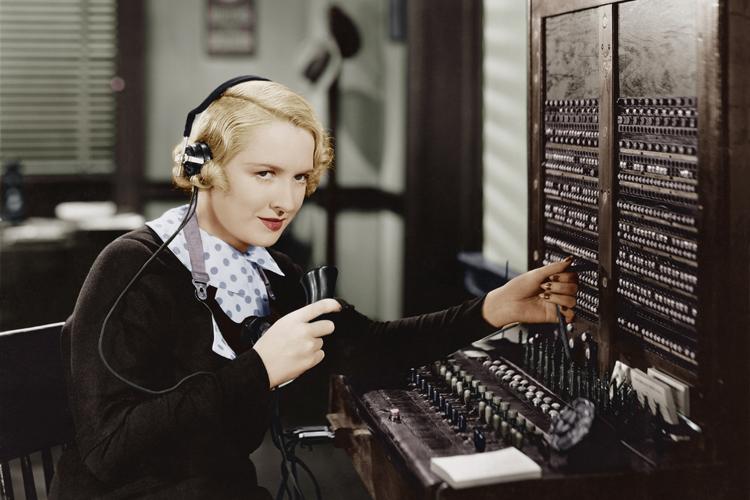 Das Fräulein vom Amt in der Telefonzentrale