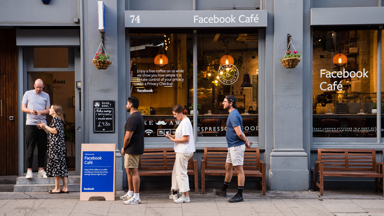Facebook Café in England als Vorbild für Banken
