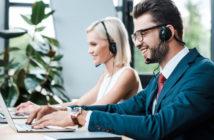 Bankmitarbeiter bei der Beratung im Kunden-Service-Center