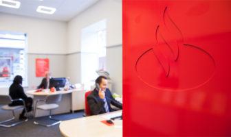 Beratung in einer Filiale der Santander Consumer Bank