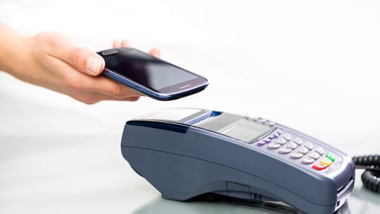 In Corona-Zeiten bezahlen viele Verbraucher mobil per Smartphone